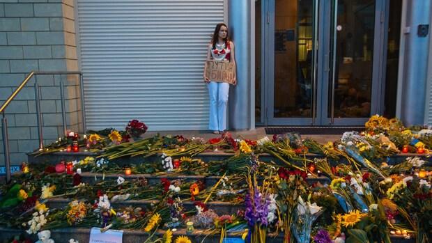 Bloemen en kaarsjes bij Nederlandse ambassade Kiev