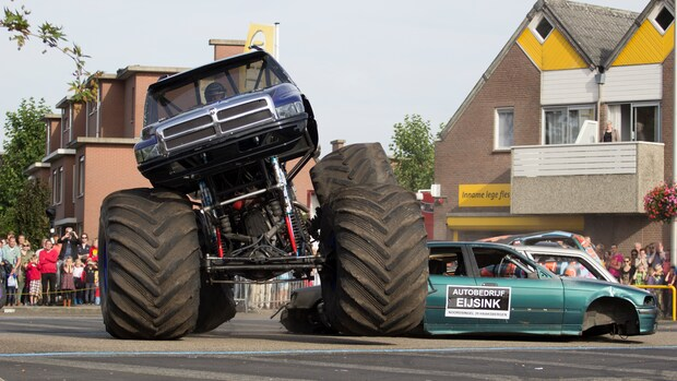 Rampchauffeur moet monstertruck helpen starten