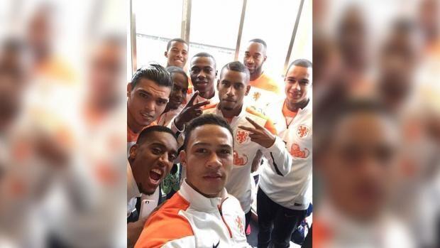Boetes voor racistische reacties op Oranje-selfie