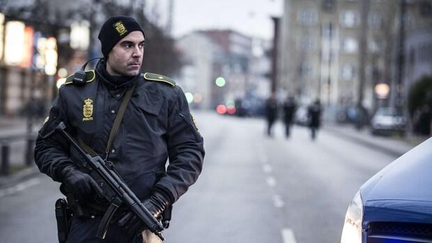 Ooggetuige: Wakker gemaakt door zwaarbewapende agenten