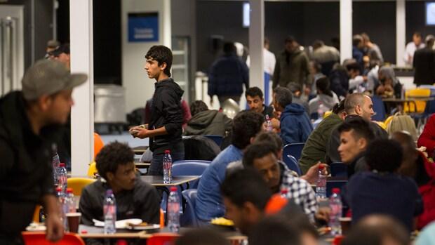 Amsterdam brengt 300 vluchtelingen onder in sporthal