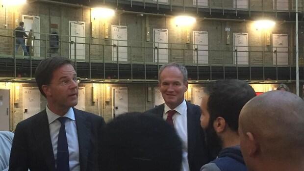 Rutte bezoekt opvanglocatie vluchtelingen