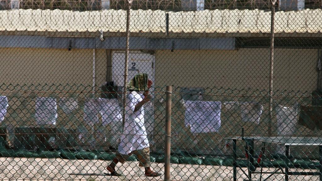 Een gevangene in Guantánamo Bay.