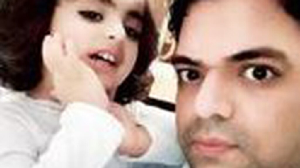 Insiya met haar vader Shehzad op een door hem verspreide foto.
