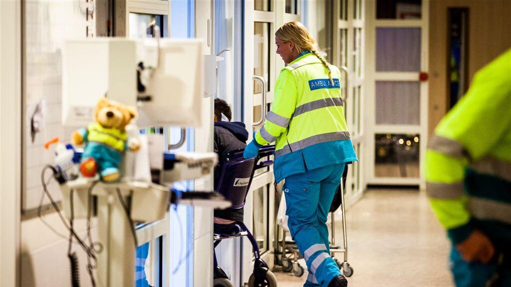 Een gewonde wordt binnengebracht in het Hagaziekenhuis in Den Haag.