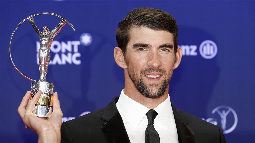 Phelps poseert in 2017 met de 'comeback of the year'-award.