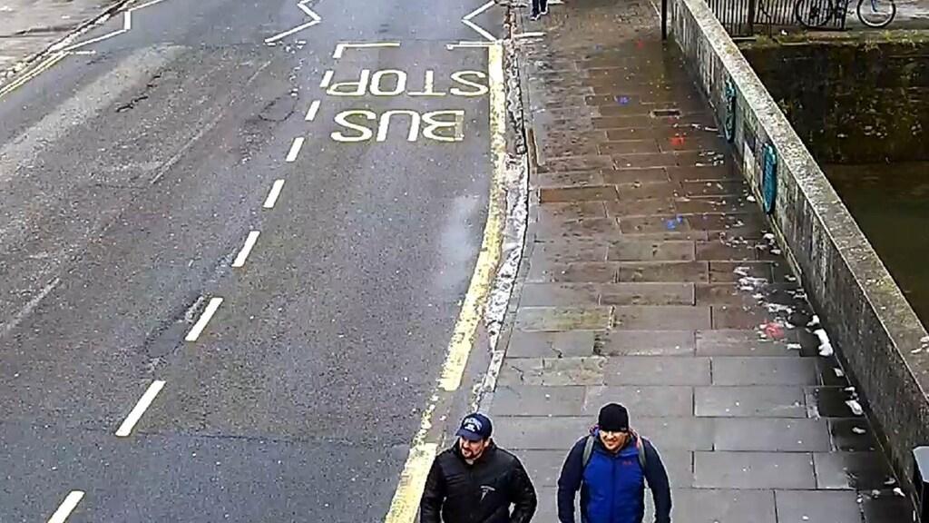 De (lachende) verdachten op Fisherton Road in Salisbury, om 13.05 uur.
