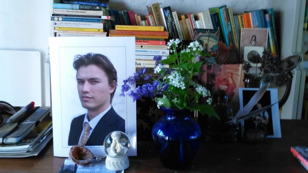 De rouwkaart van Emanuel staat bij zijn moeder op tafel