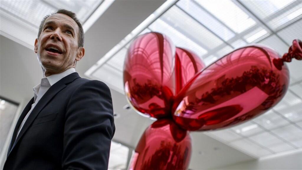 Jeff Koons met zijn Balloon Dog.