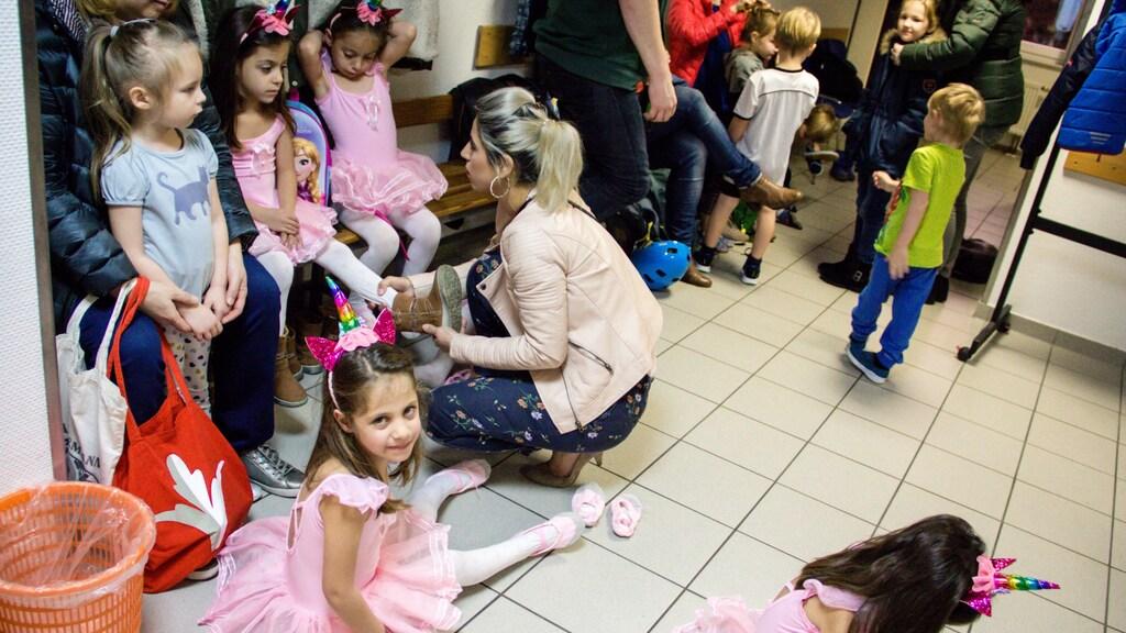Hannan kleed haar dochters aan voor de dansles.