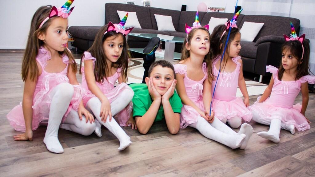 Michael temidden van zijn zusjes