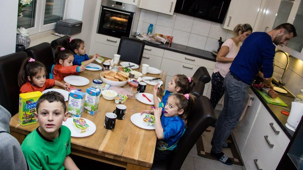 Michael en zijn vijf zusjes tijdens het avondeten.