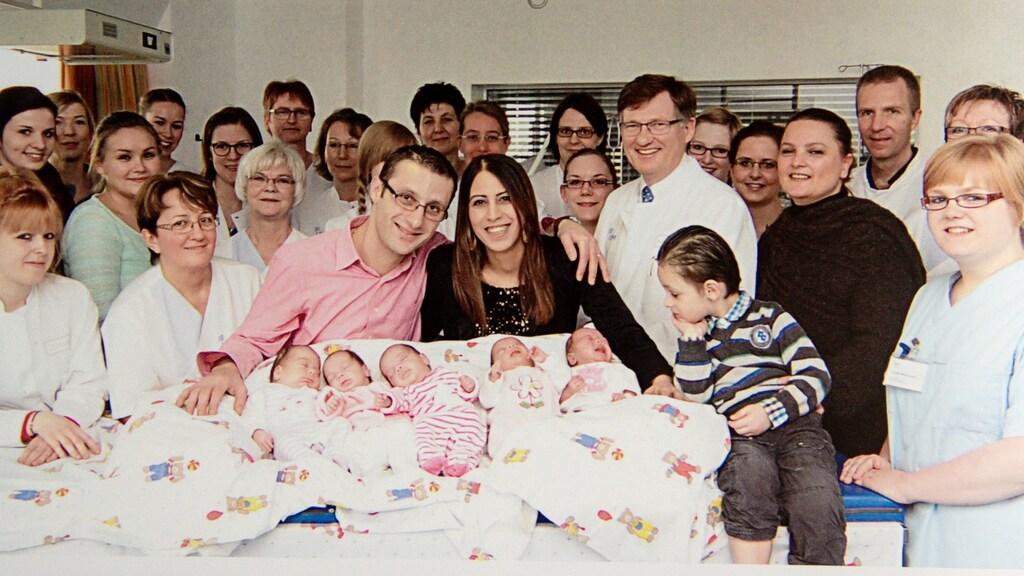 Bij de geboorte waren zeker 20 artsen en verpleegkundigen betrokken