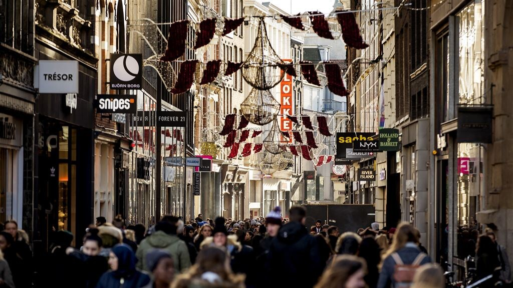 Drukke winkelstraten in Amsterdam tijdens Black Friday.