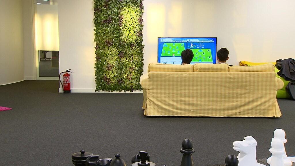 Twee werknemers ontspannen met een potje FIFA
