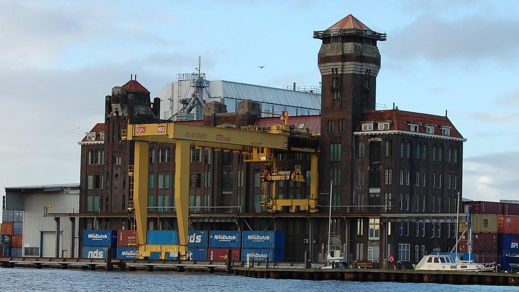 Pakhuis De Vrede in Zaandam wordt nu nog gebruikt voor containeropslag