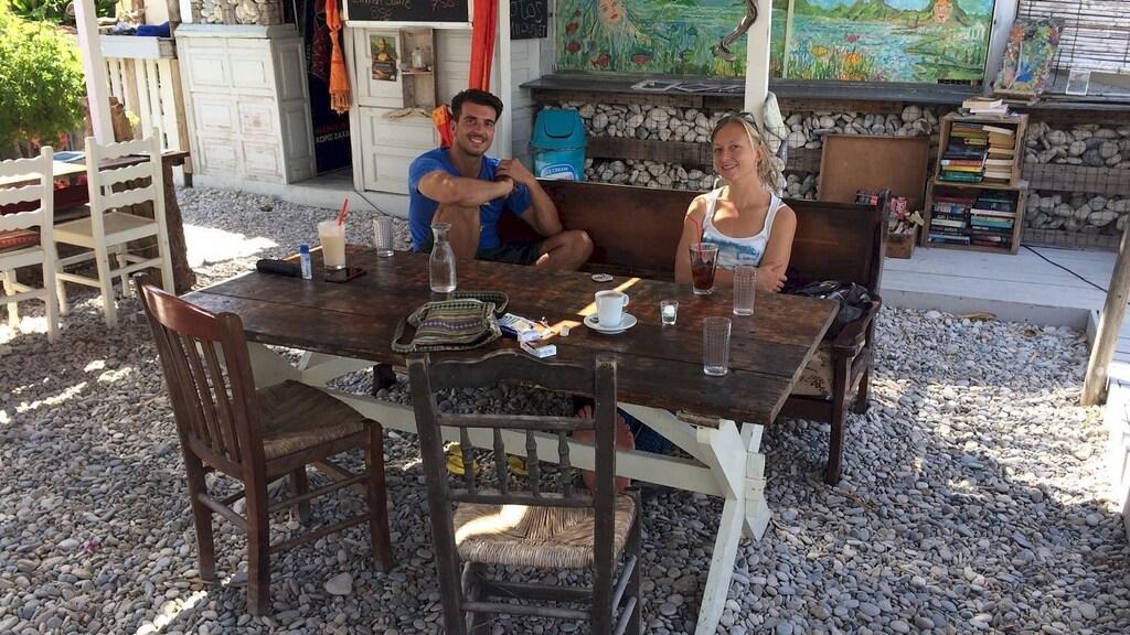 Arie met een andere hulpverlener in Griekenland, bij strandtent Kedros Beach.