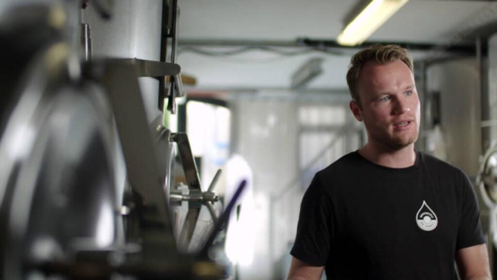 Thomas Geesink in de brouwerij van De Prael.