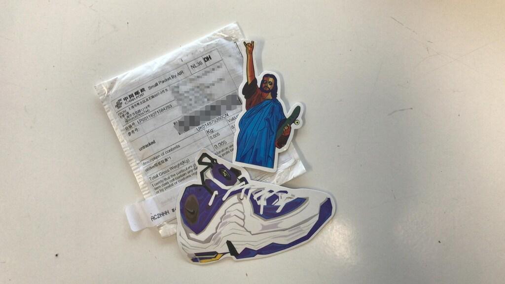 Het pakketje met stickers dat Van Dijk ontving uit China.