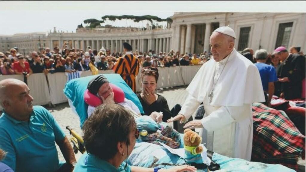 Een vrouw uit Ede wilde graag de paus een handje geven.