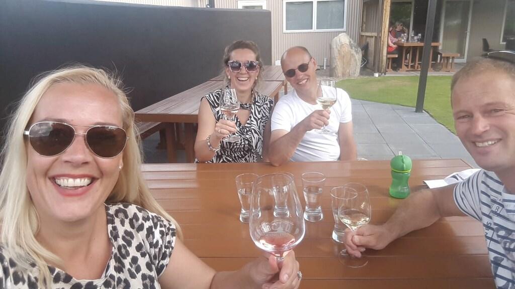Stef en Babs met een bevriend stel dat ze in Nieuw-Zeeland leerden kennen.