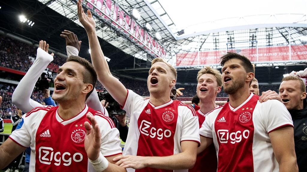 Ajax viert officieus kampioenschap in de Johan Cruyff Arena na de winst op FC Utrecht. Concurrent PSV verloor met 0-1 tegen AZ.