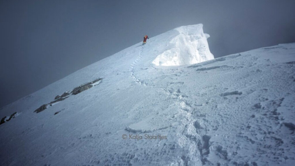 In de verte: Katja Staartjes vlak voor het bereiken van de top.
