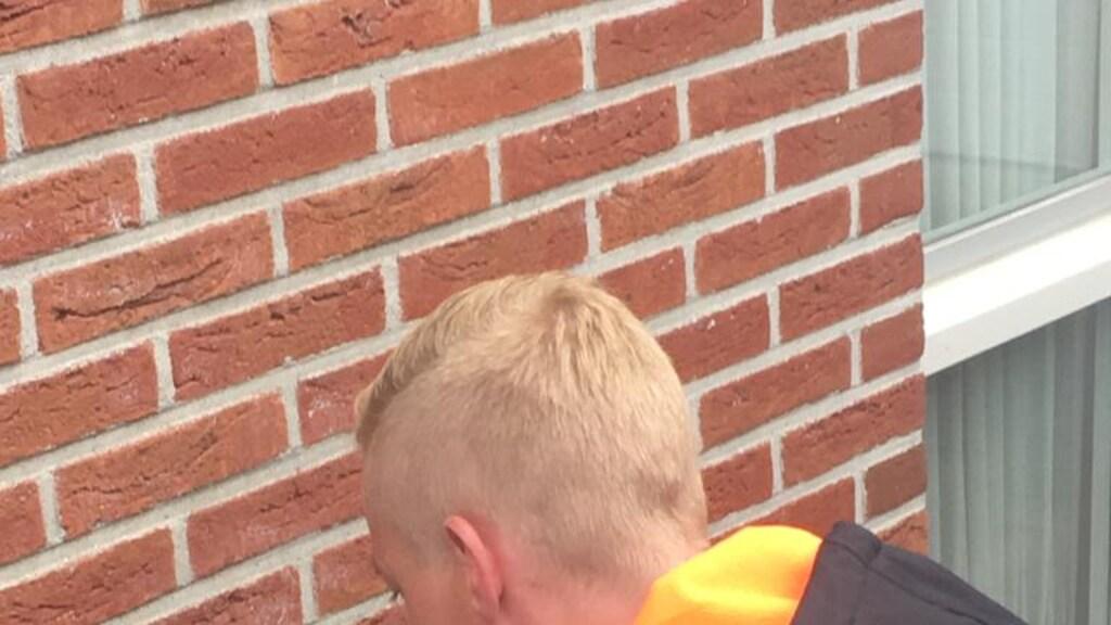 Hessel van der Wal controleert of er nog extra isolatie kan worden aangebracht.