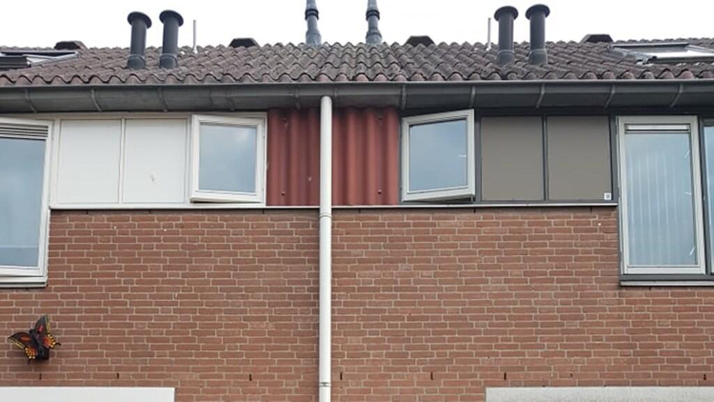 Miranda met haar man voor haar asbesthuis.