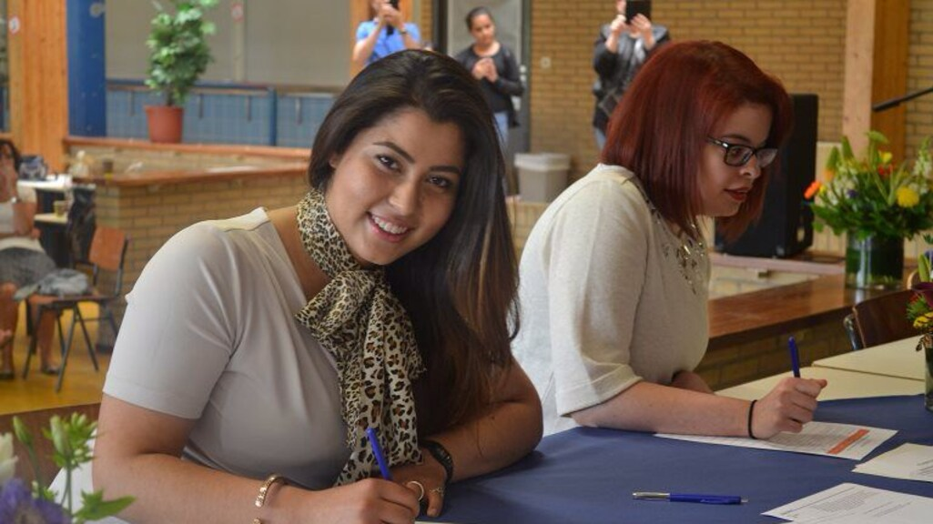 Nilab haalt haar vwo-diploma