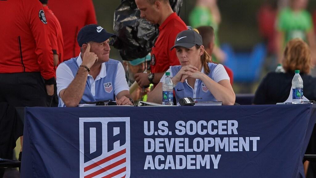 Mirelle van Rijbroek (rechts) aan het werk als Talent Director voor de Amerikaanse voetbalbond. (Foto: Mirelle van Rijbroek)
