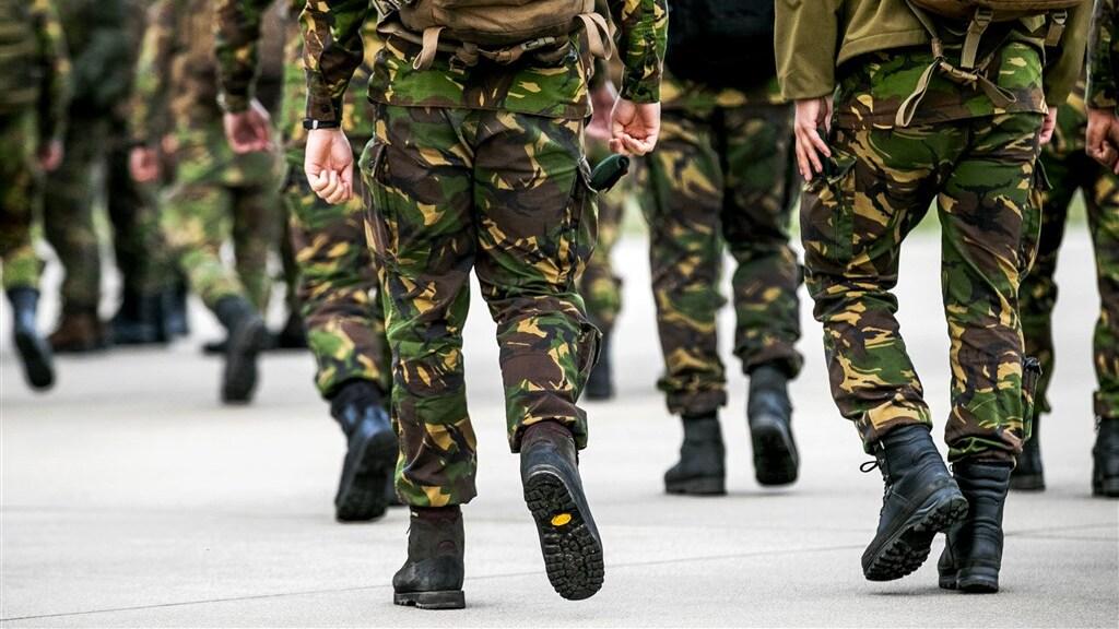 Militairen onderweg naar een oefening