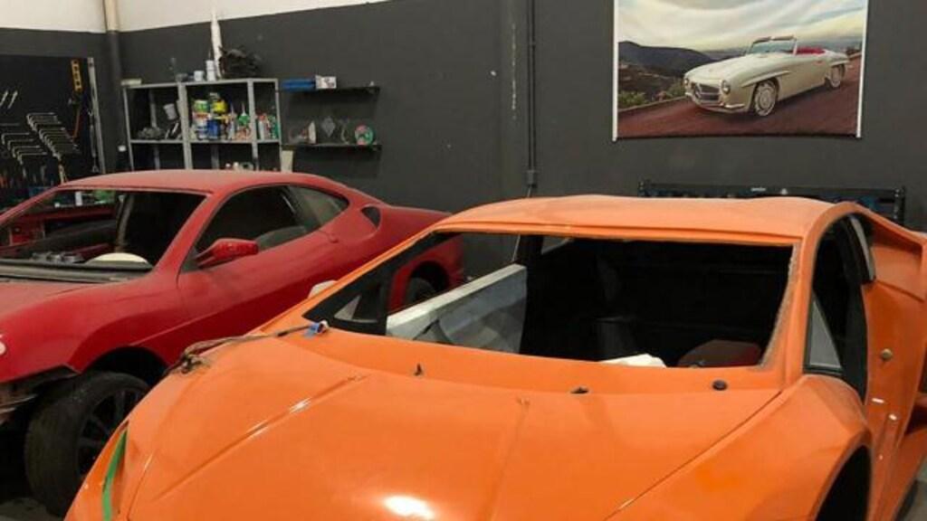 Twee van de vervalste auto's.