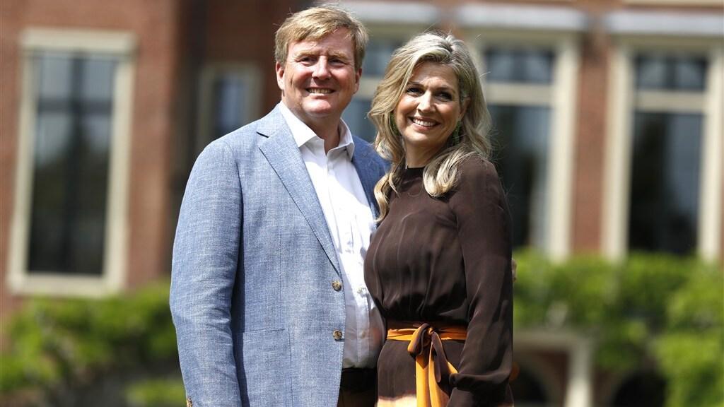 Koning Willem-Alexander en koningin Máxima voor paleis Huis ten Bosch.
