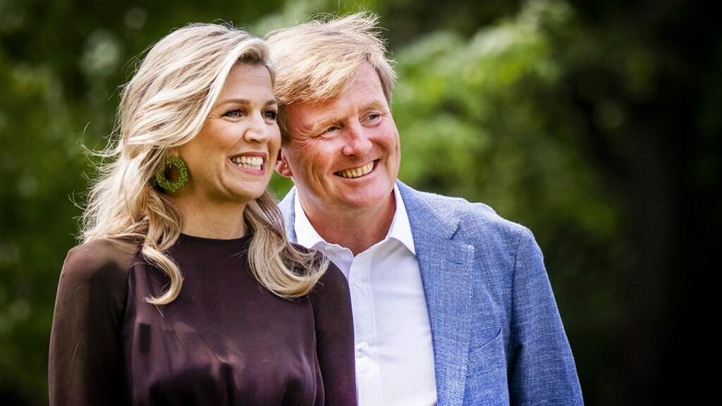 Máxima en Willem-Alexander kijken vol trots naar hun kinderen.