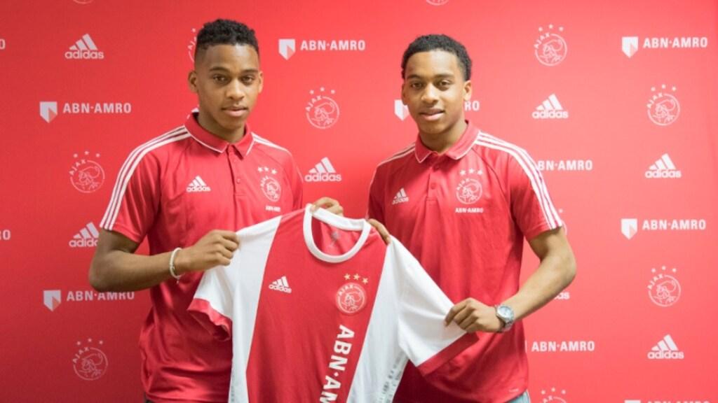 De broers Timber na het tekenen van hun contract bij Ajax