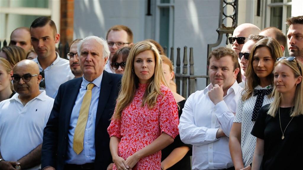 Publiek in afwachting van Johnson. In het roze zijn vriendin Carrie Symonds.