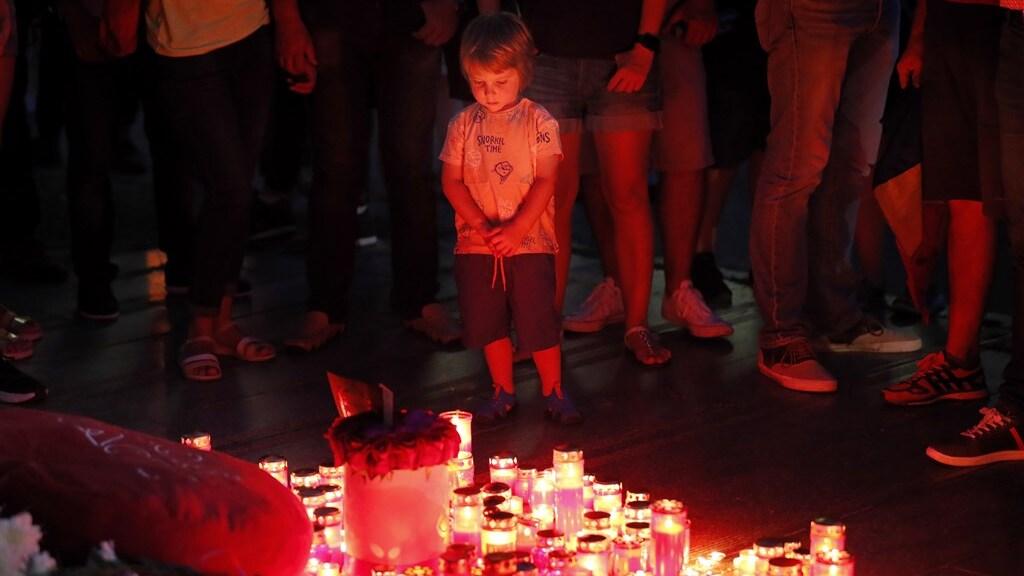 Een kindje bij de herdenking van Alexandra.