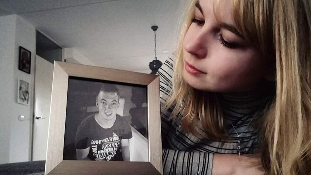 Brenda met een foto van Bart, die slechts 21 jaar werd.