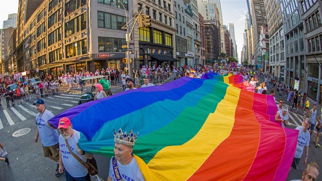 Een 300 meter lange regenboogvlag wordt gedragen tijdens de World Pride March in New York.