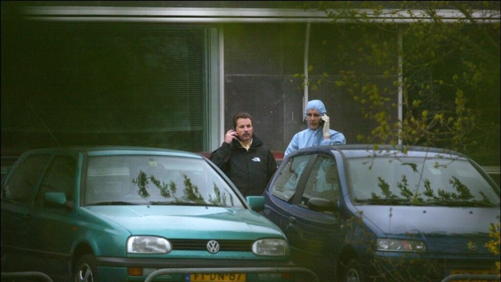 Een politieagent op de plek waar Pim Fortuyn werd vermoord.