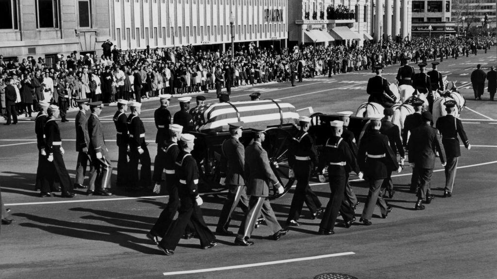 Een rouwstoet met het lichaam van de vermoorde president Kennedy.