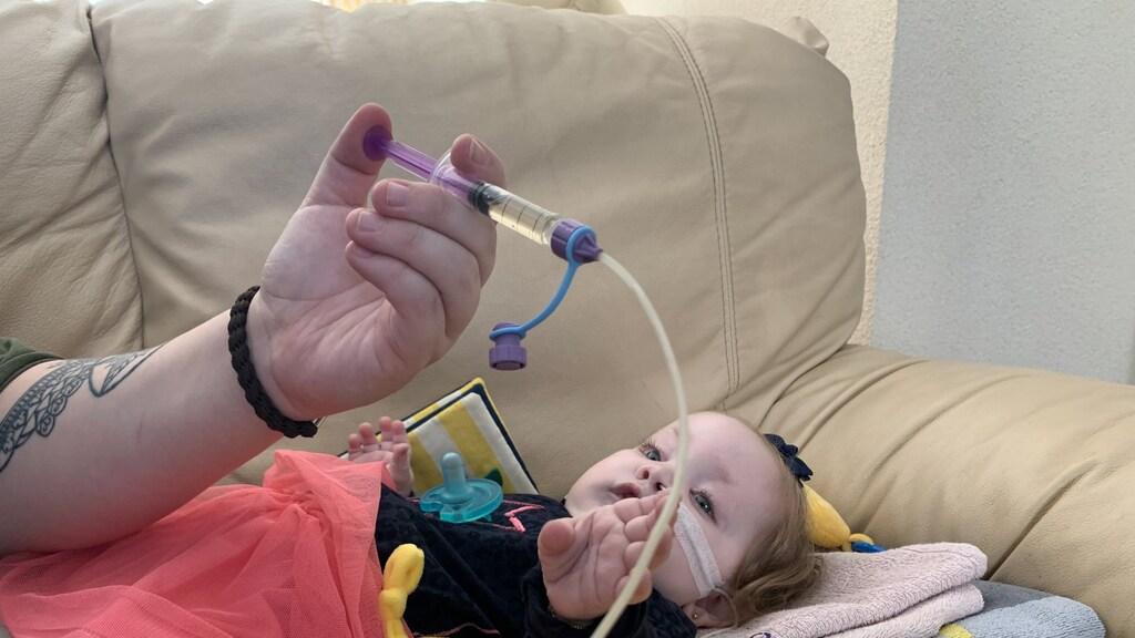Angela's dochter Jesslynn krijgt een maagzuurremmer via een sonde.