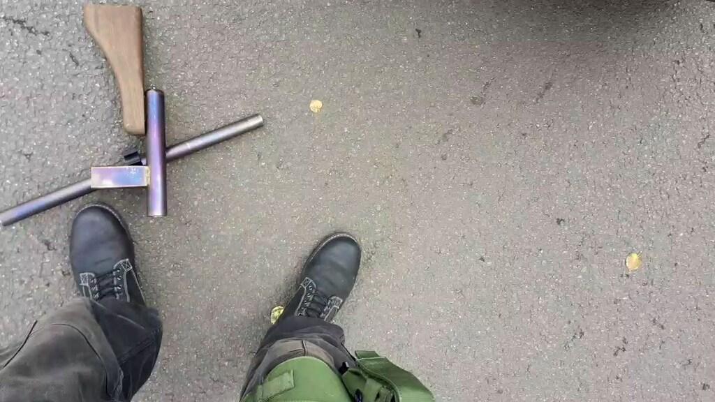Een screenshot uit de video, waarin de schutter te zien is.
