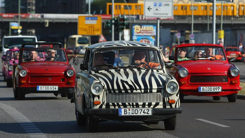 De Trabant in Berlijn. Toeristen gaan op Trabi-safari door de stad.