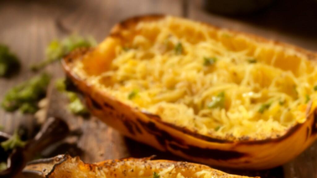 Van een spaghettipompoen kun je een soort gezonde variant van pasta maken.