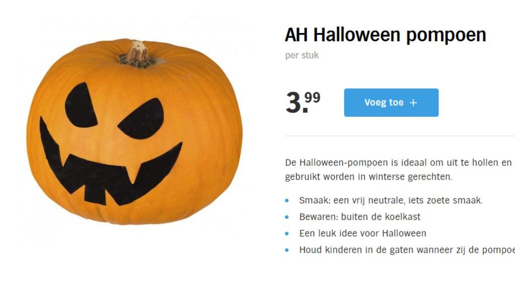 Pompoen-verwerkers plakken Halloween-stickers op de eetbare varianten.