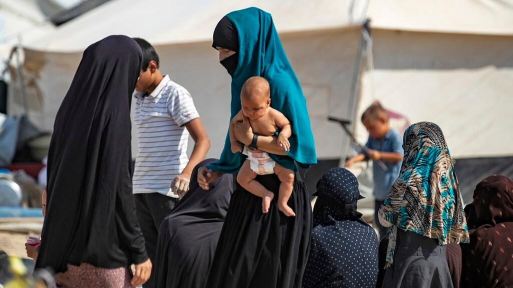 Ouders met hun kinderen in een IS-kamp.
