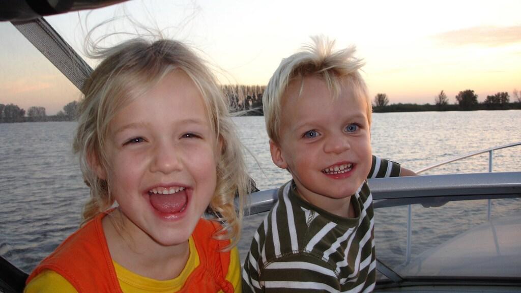 Gabi en haar broertje.