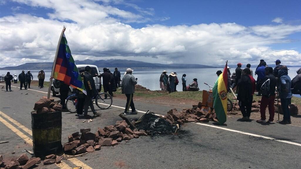 Bewoners van het Boliviaanse dorp Desaguadero blokkeren de toegangsweg, uit angst voor plunderaars nu er niemand aan de macht is.